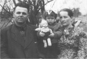 З батьками та лялькою Вірою