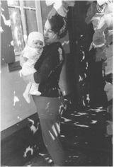 З дочкою Оленою біля рідної хати